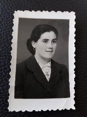 Mulher do campo anos 50. Traje domingueiro. Penteado apanhado em trança